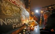 מניחים פרחים ונרות ליד אזור הירי, מתקפת טרור בפריז