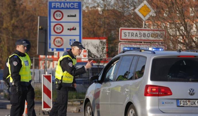 שוטרים צרפתים מבצעים בדיקות בגבול