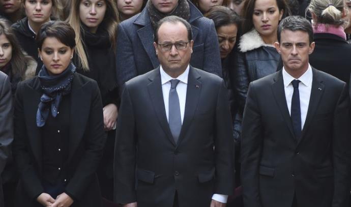 הנשיא הולנד עומד דקת דומיה לזכר קורבנות הפיגועים בפריז