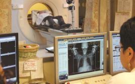 חולה סרטן עובר בדיקה בבית חולים
