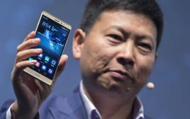 """מנכ""""ל וואווי מציג את הטלפון החכם החדש של החברה בברלין"""
