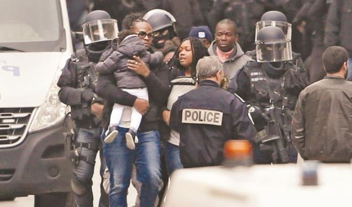 שוטרים צרפתים מחלצים דיירים מהבניין בסאן דני שבו הסתתרו המחבלים