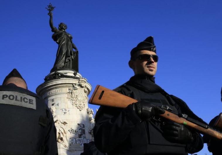 שוטר בכיכר הרפובליקה בפריז, לאחר אירוע הטרור