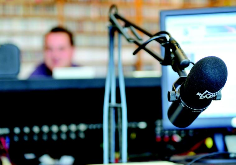 מיקרופון באולפן רדיו