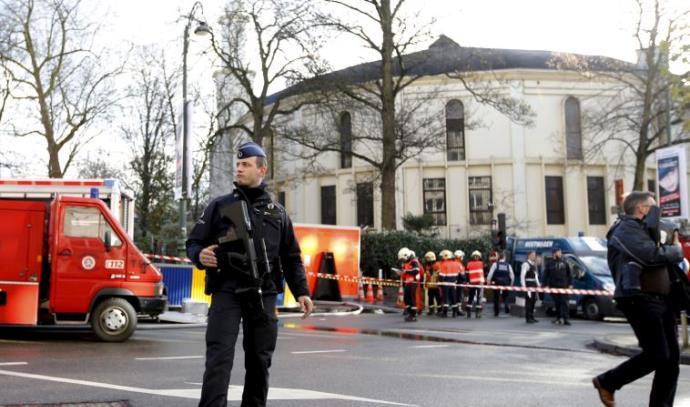 צוותי חיטוי ומכבי אש מחוץ למסגד הראשי בבריסל