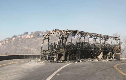 El autobús cadete que ardió en el desastre del Carmel (Foto: Alex Rozkowski)