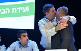 נפתלי בנט ואבי וורצמן בוועידת הבית היהודי בשנה שעברה