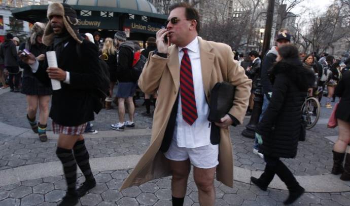 איש ללא מכנסיים מדבר בטלפון בניו יורק
