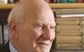 מאיר שמגר. זכה לכהן בשלושה תפקידים, מהחשובים ביותר  של מדינת ישראל