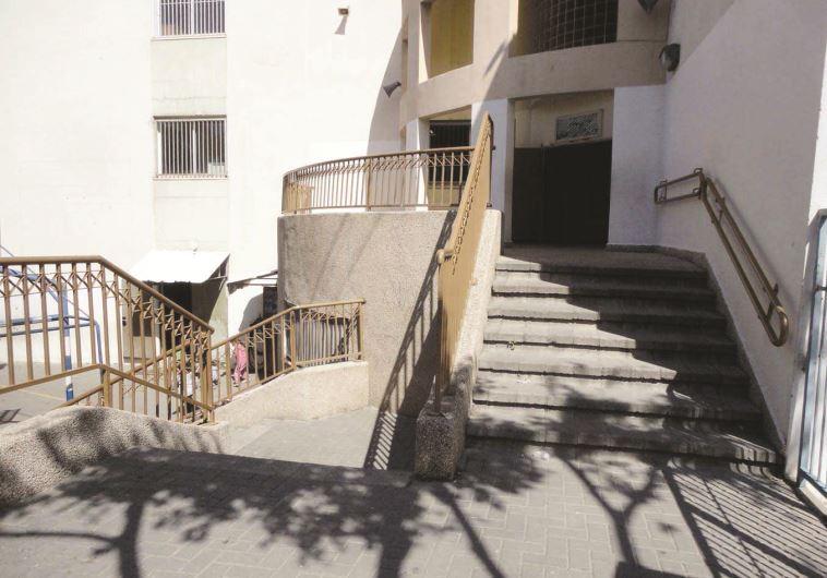 המדרגות בכניסה לחצר בית ספר. צילום: מתוך דוח מבקר המדינה