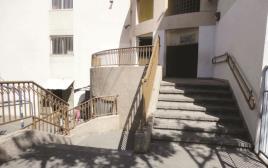 מדרגות חצר בית ספר