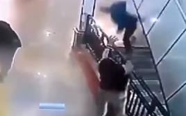 הצעיר תופס את הילד שניות לפני הפגיעה ברצפה