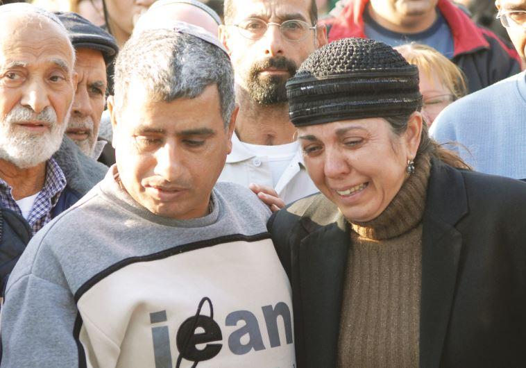 הוריה של תאיר ראדה בהלוויה. צלם : חמד אלמקת