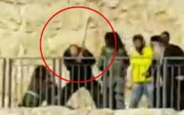 אדם חובט במחבל אחרי פיגוע דקירה בירושלים