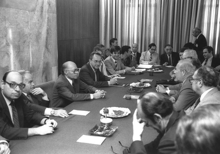 הוחזר ארצה במהירות כדי להחליף את שרון כשר ביטחון. ארנס עם בגין (במרכז) ושמיר (מימינו) עם מזכיר המדינה האמריקאי ג'ורג' שולץ (מול בגין), 1983