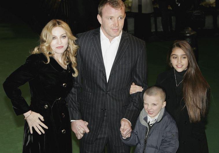 מדונה וגאי רי'צי עם רוקו ובתה לורדס, בתקופה שעוד היו מאושרים (צילום: גטי)