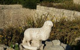 פסל שיש של איל שהתגלה בסמוך לכנסיה קדומה בנמל קיסריה