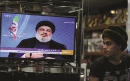 צעיר לבנוני מאזין לנאומו של נסראללה