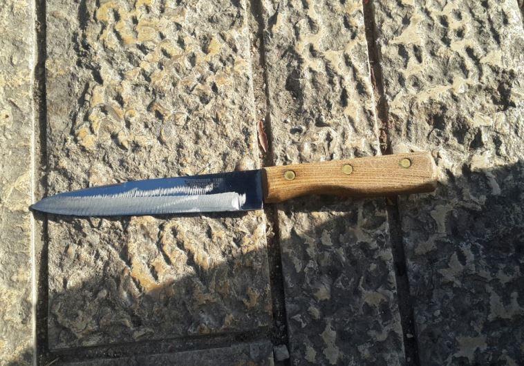 """הסכין ששימשה בניסיון הפיגוע בכיכר צה""""ל. צילום: חטיבת דובר המשטרה"""