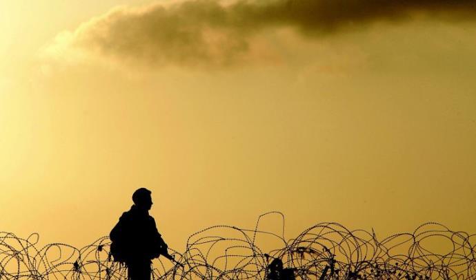 """חייל צה""""ל מסייר על הגבול"""