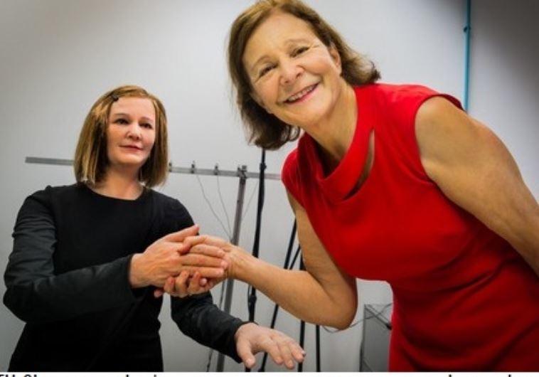 פרופ' נדיה תלמן מימין, יחד עם נדין, הרובוטית החברתית