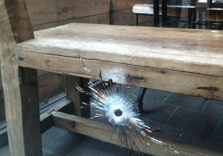 חלון הפאב בו אירעה תקרית הירי. צילום: מור שמעוני