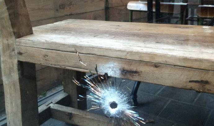 """זכוכיות מנופצות בזירת הירי בת""""א"""
