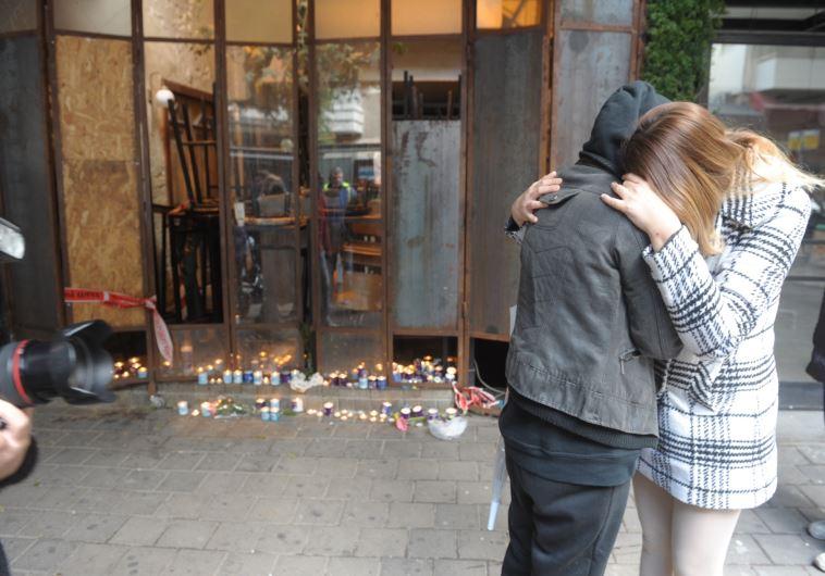 אבלים בזירת הפיגוע בתל אביב. צילום: אבשלום ששוני