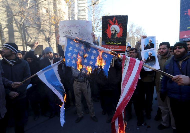 מפגינים שיעים מול שגרירות סעודיה בטהראן מוחים על הוצאתו להורג של א-נימר, 3.1.16. צילום: רויטרס