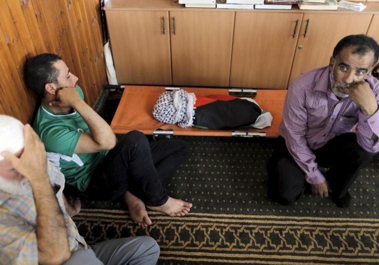 מימין: חוסיין דוואבשה. ״כל יום דוקרים אותי אלף פעם מחדש״ (צילום: רויטרס)