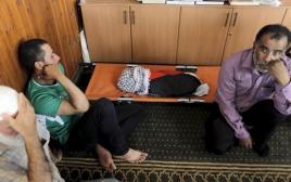 מימין: חוסיין דוואבשה. ״כל יום דוקרים אותי אלף פעם מחדש״