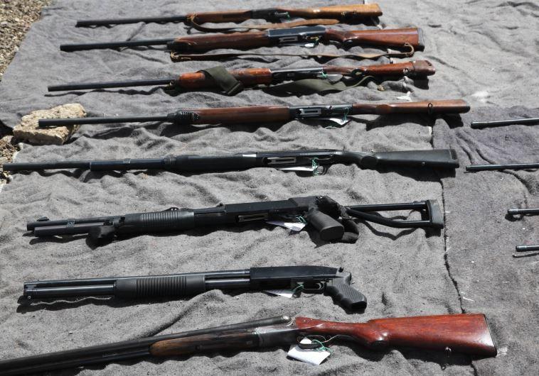 """כלי נשק שנתפסו ע""""י משטרת כרמיאל. צילום: אלכס רוזקובסקי"""