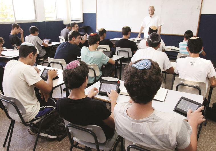 תלמידים עם טאבלט בכיתה