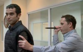 כתב ערוץ 1 איתם לחובר נדקר במהלך ניסוי של אפוד נגד דקירות