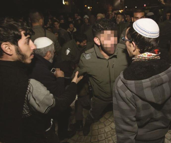 """אנשי כוחות הביטחון מתעמתים עם מתנחלים, בהפגנה נגד מעצר החשודים ברצח בדומא. השב""""כ קידם בדיוק את הרעיו"""