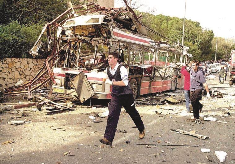 """""""החיים לא ממשיכים כמו שהיו"""". הפיגוע בקו 37 בחיפה, מרץ 2003. צילום: רונן לידור"""