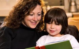 אמא וילד קוראים סיפור, ספר, ספרות ילדים