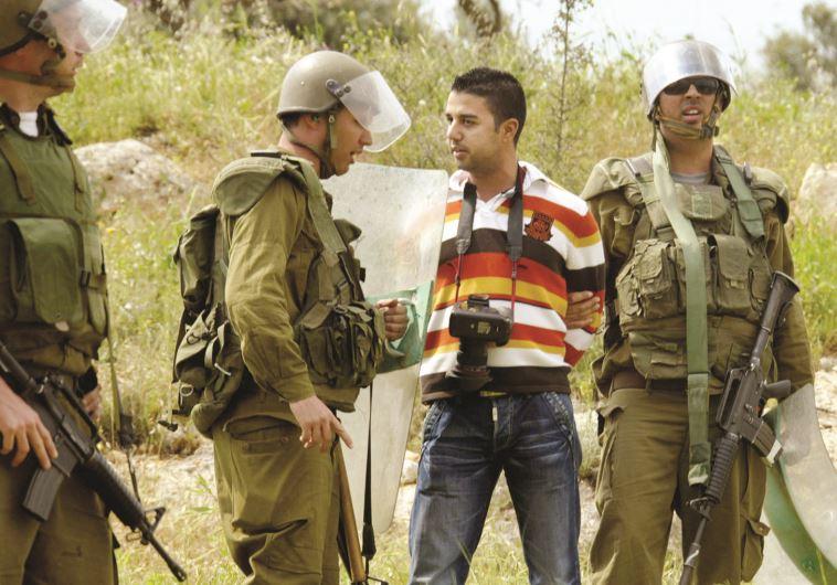 """פעילי בצלם. זועמים על רה""""מ ושר הביטחון. צילום: אחמד גריבלי, פלאש 90"""