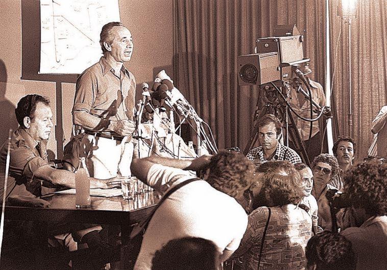 """שמעון פרס לאחר מבצע אנטבה. צילום: דוד אלדן, לע""""מ"""