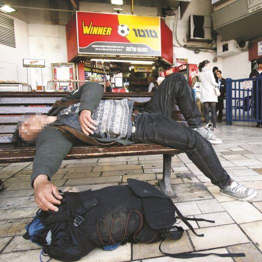 הומלס בתחנה המרכזית בתל אביב  (צילום: ניקי קלווין, פלאש 90)