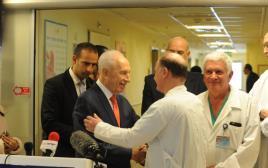 שמעון פרס עם רופאי בית החולים שיבא
