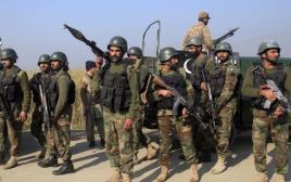 כוחות משטרה מחוץ לאוניברסיטה בפקיסטן