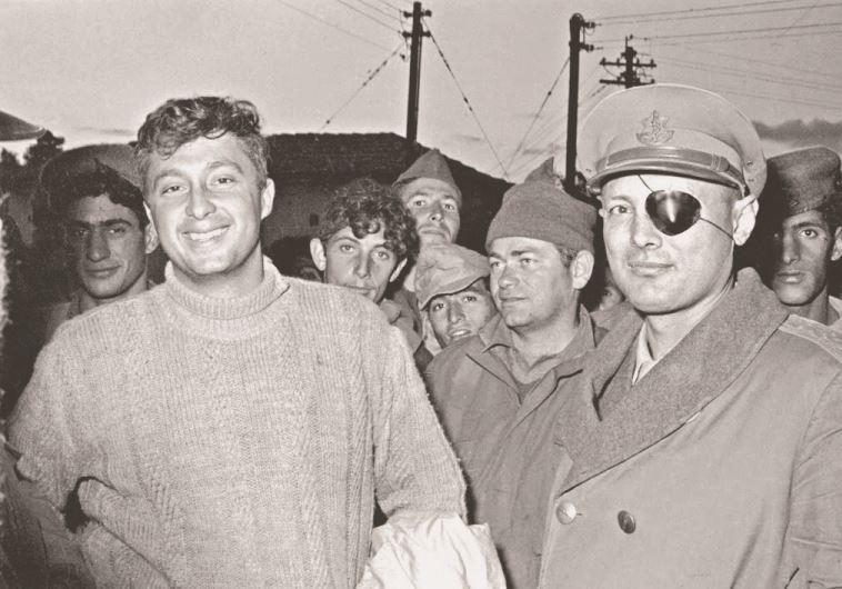 """משה דיין ואריאל שרון. צילום: """"במחנה"""""""