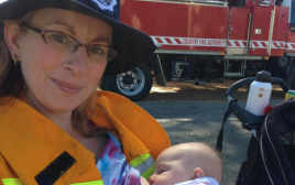 כבאית באוסטרליה מניקה את תינוקה