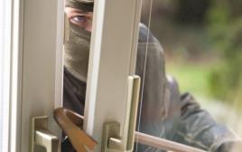 גנב פורץ לבית. צילום אילוסטרציה