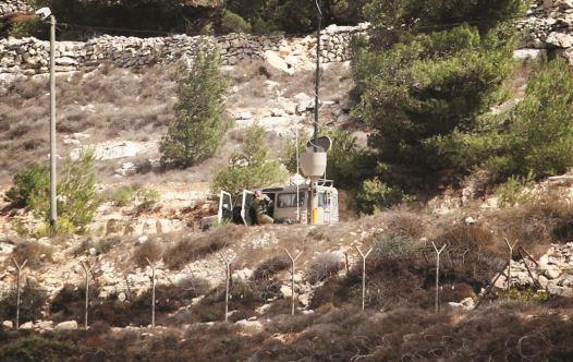 גדר ביטחון בהתנחלות (צילום: איסאם רימאווי, פלאש 90)
