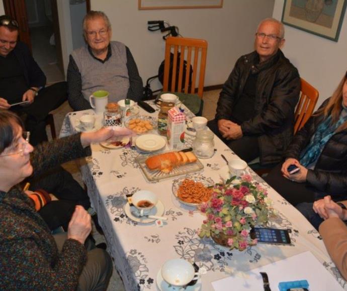 דוד זלץ עם מתנדבי הקרן לרווחה לנפגעי השואה בישראל