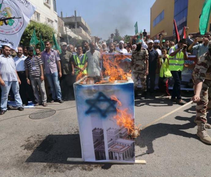 פעילי מאס שורפים דגל ישראל בחאן יונס