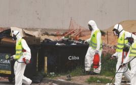אנשי תברואה ארגנטינאים מרססים אזור בבואנוס איירס החשוד כנגוע ביתוש האדס