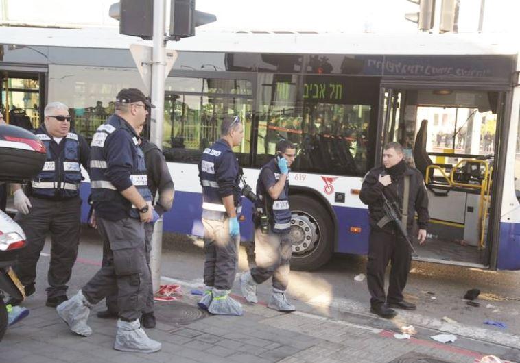 זירת הפיגוע באוטובוס ליד גשר מעריב, ינואר 2015, צילום: אבשלום ששוני